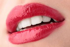 denti bianchi,fragola,metodi naturali,smalto,pere, mele, carote,batteri,salute,bellezza,news,notizie