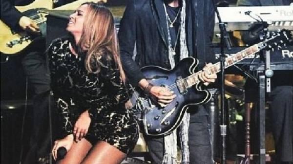 Beyoncé canta in onore di Stevie Wonder, ma il vestito è troppo corto